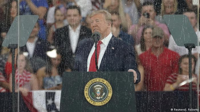 Трамп виступив на параді під дощем