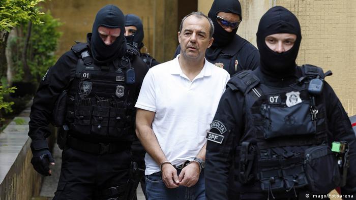 Policiais escoltam Sérgio Cabral