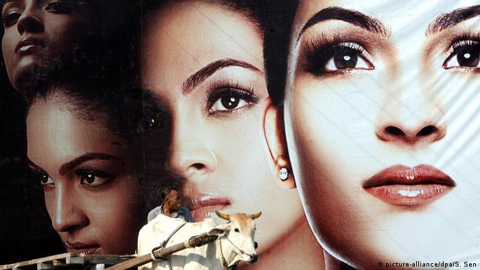 ملصق إشهاري في نيودلهي لمستحضر تجميل يعد بتبييض تدريجي للبشرة (25 يونيو/ حزيران 2012)