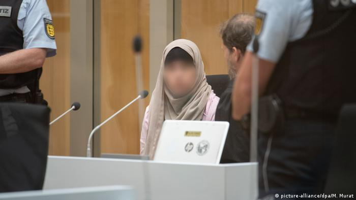 Defendant Sabine S. (face obscured) confers with her lawyer in court, archive photo from July 2019. (picture-alliance/dpa/M. Murat)