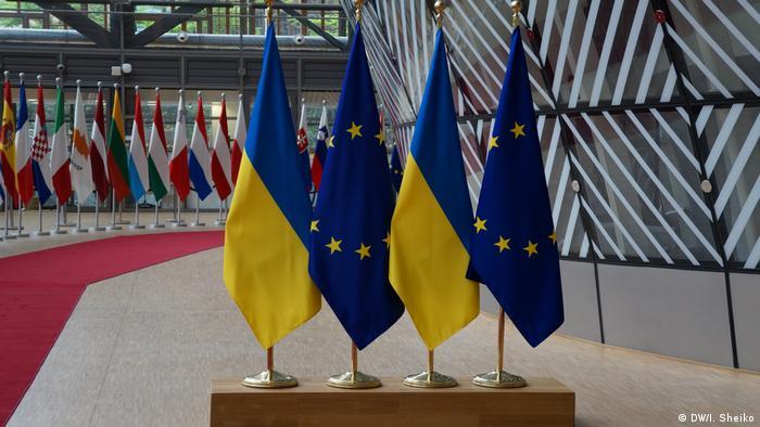 Флаги Евросоюза и Украины в здании Еврокомиссии в Брюсселе