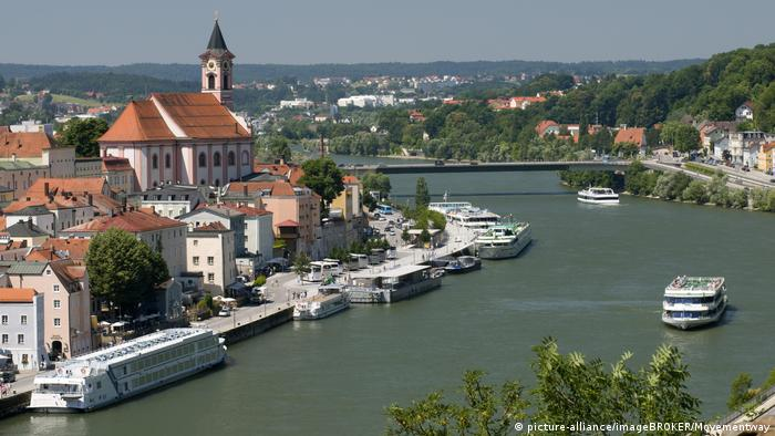 Old Town with the city parish Church of St. Paul on the Danube in Passau (picture-alliance/imageBROKER/Movementway)