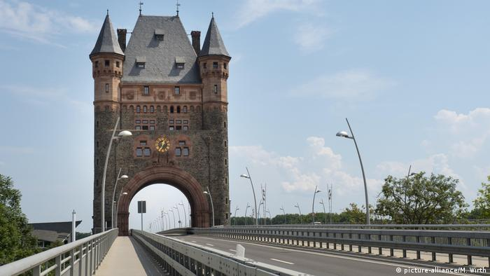 Nibelung Tower over the new Nibelungen Bridge in Worms (picture-alliance/M. Wirth)