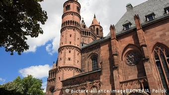 German romanesque church (picture-alliance/imageBROKER/A. Pollok)