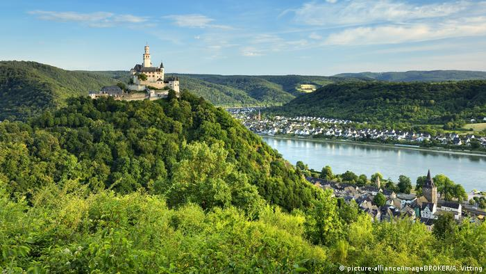 View of Marksburg Castle and the town of Braubach on the Rhine (picture-alliance/imageBROKER/A. Vitting)