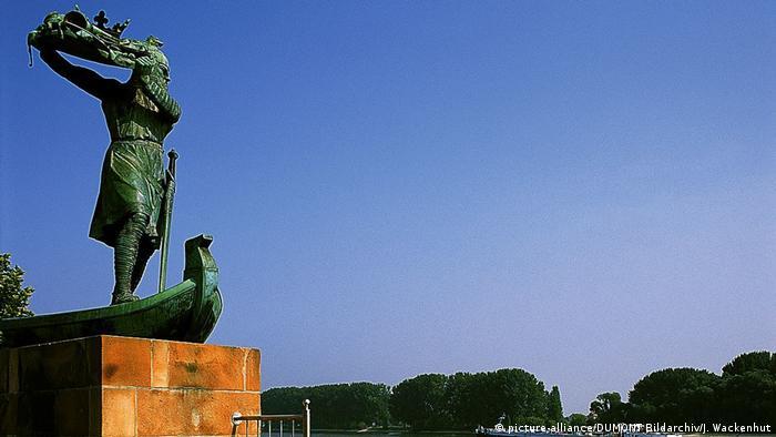 El monumento a Hagen en Worms: de acuerdo con la leyenda, Hagen se acerca al río para hudnir en sus aguas el tesoro de los Nibelungos.