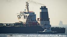 Gibraltar - Patrouillenschiff der Royal Marine neben Supertanker Grace 1