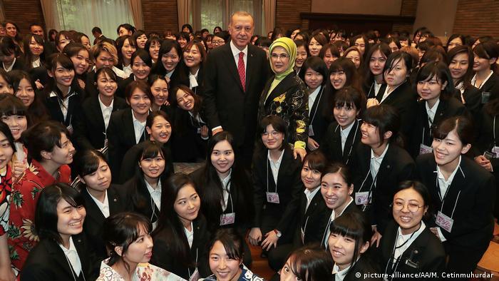 Japan Nishinomiya | Recep Tayyip Erdogan und Ehefrau Emine Erdogan zusammen mit Studentgen der Mukogawa Frauenuniversität (picture-alliance/AA/M. Cetinmuhurdar )