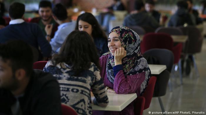 Türkei Istanbul | Stundenten in der Mensa der Fatih Universität (picture-alliance/AP Photo/L. Pitarakis)