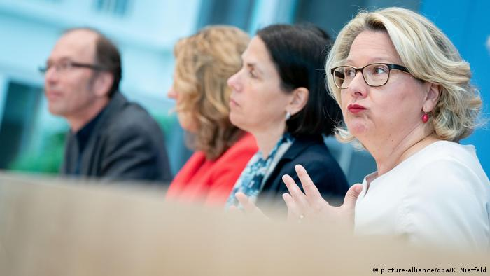 Environment Minister Svenja Schulze presents plans for carbon tax in Berlin (picture-alliance/dpa/K. Nietfeld)