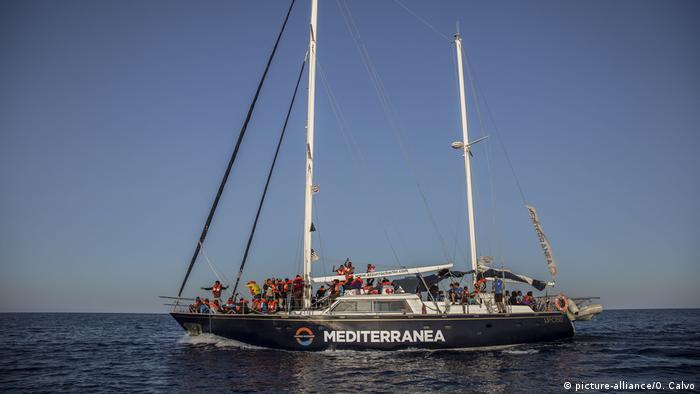 Migranten auf einem NGO-Boot von Mediterranea Saving Humans