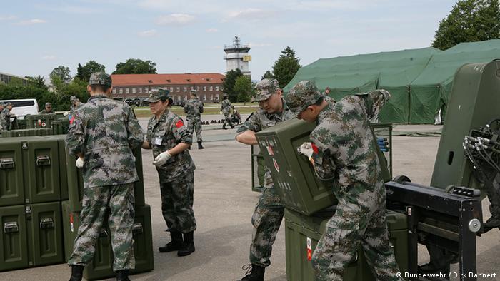 Chinese soldiers unload equipment (Bundeswehr / Dirk Bannert)