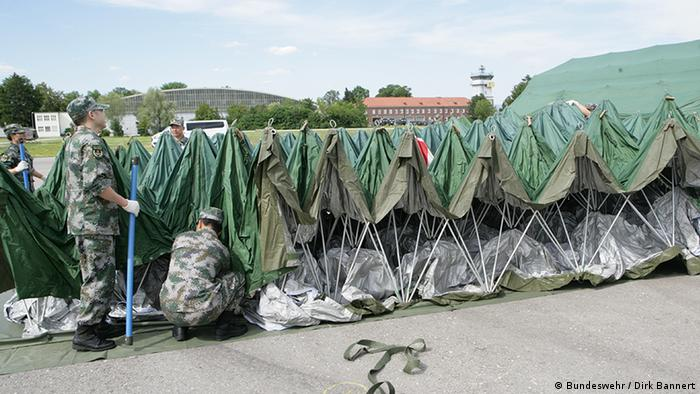 Chinese soldiers unfold a mobile hospital (Bundeswehr / Dirk Bannert)