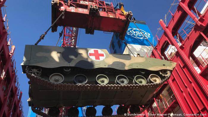 A Chinese armored medical evacuation vehicle arrives in Hamburg (Bundeswehr / Oliver Wagner-Pikemaat, Constantin Gerk)