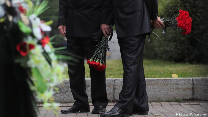 Russian submarine sailors buried in St  Petersburg | News | DW