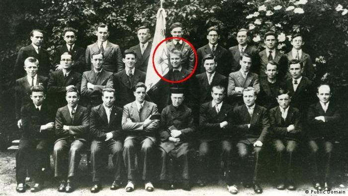 اولین فردی که تلاش کرد هیتلر را به قتل برساند، موریس باوو (Maurice Bavaud) سوئیسی بود. او که پیشتر یکی از همکلاسیهای فرانسویاش به نام مارسل گربوی را از قصد خود آگاه کرده بود در روز ۹ اکتبر سال ۱۹۳۸ عازم آلمان شد. در آنجا یک کلت ۶ میلیمتری را خریداری کرد و از طریق روزنامهها بدنبال مکانی گشت که قرار است هیتلر در آنجا حضور یابد.