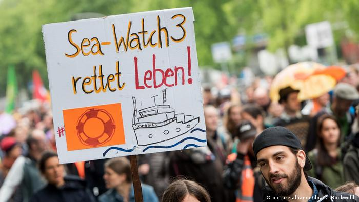 Sea-Watch sympathizers demonstrating (picture-alliance/dpa/D. Bockwoldt)