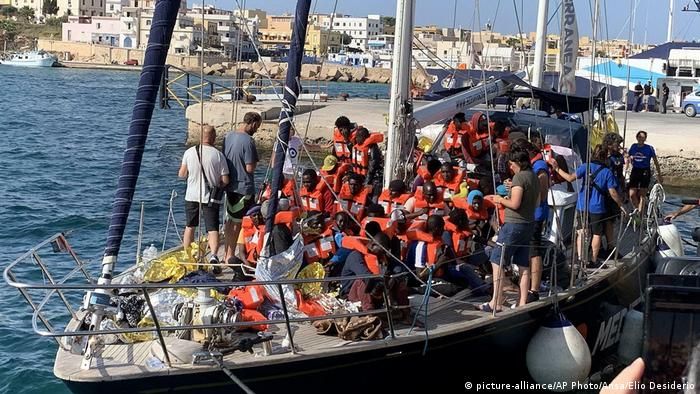Корабль с беженцами в порту острова Лампедуза