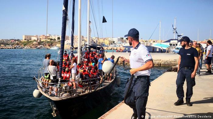 Italien Lampedusa   Rettungsschiff Alex Hafeneinfahrt ohne Erlaubnis