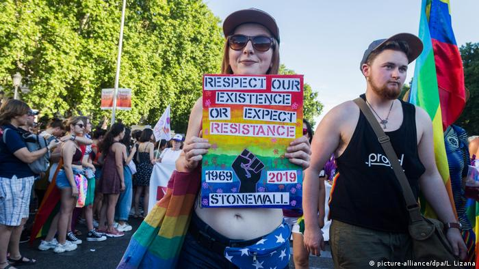 Stonewall anniversary sign in Madrid (picture-alliance/dpa/L. Lizana)