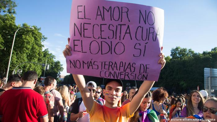 Anti-gay conversion therapy protester holds up a sign (picture-alliance/dpa/L. Lizana)