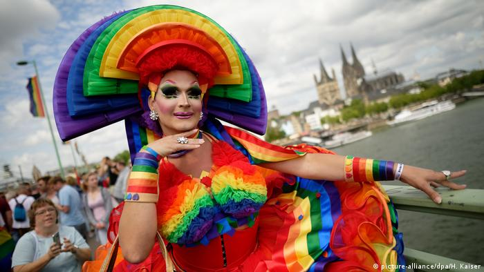 mand dressed in colorful garb on CSD day in Cologne (picture-alliance/dpa/H. Kaiser)