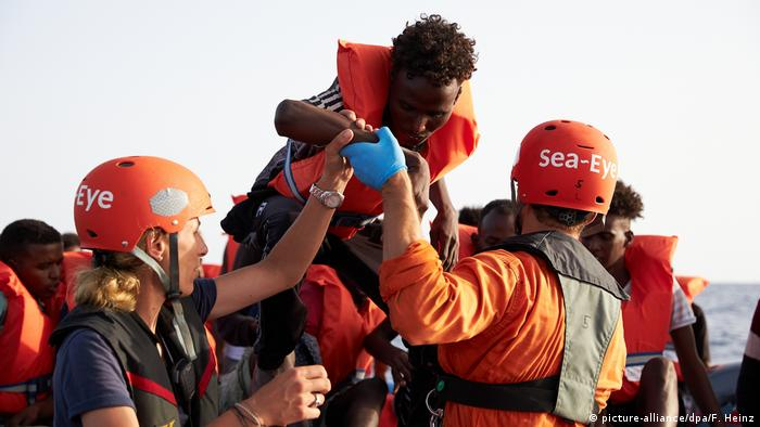 Sea-eye crew with migrants (picture-alliance/dpa/F. Heinz)