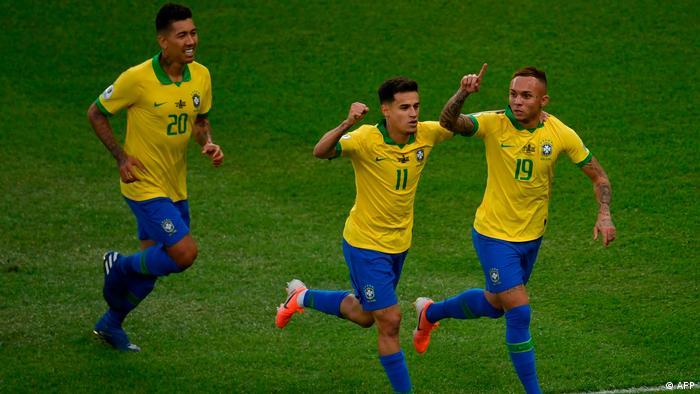 Roberto Firmino, Philippe Coutinho e Everton Cebolinha comemoram o primeiro gol do Brasil contra o Peru, na final da Copa América de 2019