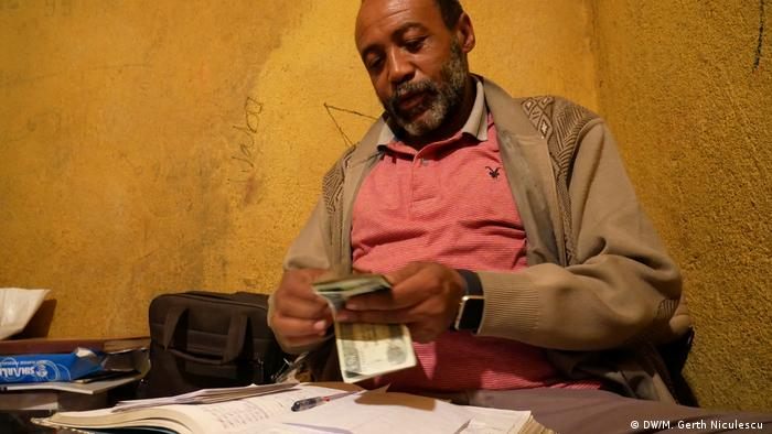 A khat trader counts the day's income (DW/M. Gerth Niculescu )