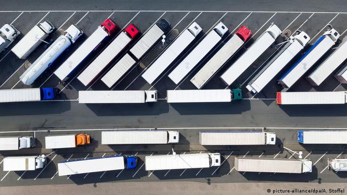 Deutschland LKWs auf einem Autobahnrastplatz