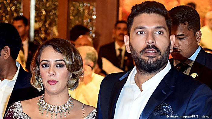 Indien Cricketspieler Yuvraj Singh (R) und Ehefrau Hazel Keech (Getty Images/AFP/S. Jaiswal)