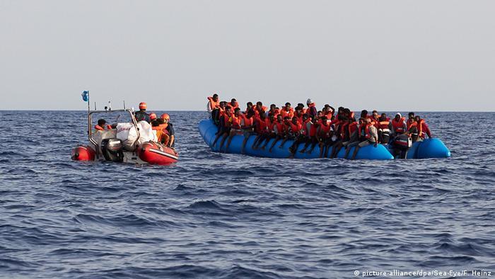 Ein Schlauchboot des Rettungsschiffs Alan Kurdi am Freitag neben einem Flüchtlingsboot vor Libyen