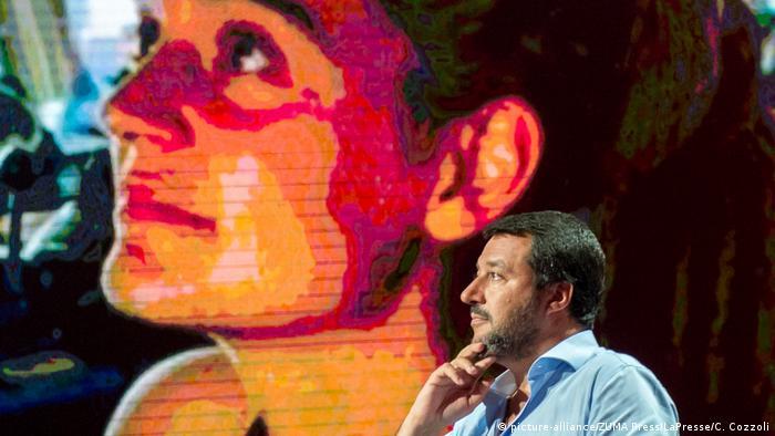 Matteo Salvini vor einem Bild von Sea-Watch 3-Kapitänin Carola Rackete (picture-alliance/ZUMA Press/LaPresse/C. Cozzoli)