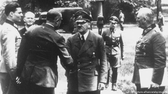 Germania, cartierul general Wolfsschanze în 1944: Stauffenberg (stânga) şi Hitler
