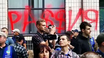 Митингующие разрисовали окна телеканала NewsOne