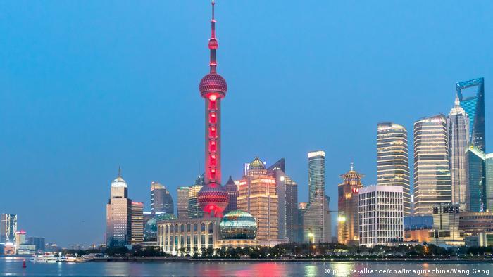 Oriental Pearl TV Tower in Shanghai bei Nacht