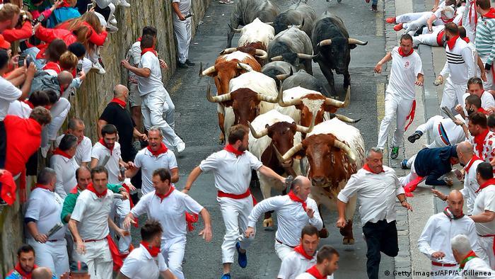 Las fiestas de los Sanfermines, conocidas en todo el mundo por sus encierros de toros, fueron suspendidas para este año debido a la pandemia de coronavirus, anunció este martes el Ayuntamiento de la ciudad de Pamplona. (21.04.2020).
