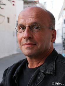 O Έγκμπερτ Σόινεμαν είναι βαθύς γνώστης της ελληνικής πραγματικότητας με αρκετές δημοσιεύσεις και για την ελληνική κρίση