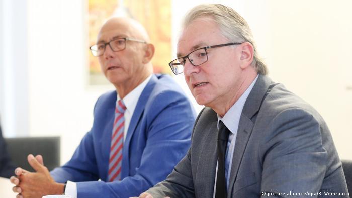 Отговорникът за социалната политика и младежта Марк Бухолц и кметът на Мюлхайм Улрих Шолтен (вляво) по време на пресконференцията по повод на изнасилването