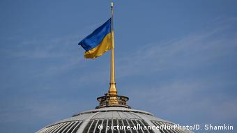Украинский флаг над зданием парламента