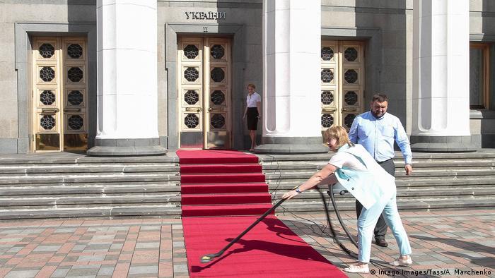 Прибирання килимової доріжки перед будівлею Верховної Ради України у Києві