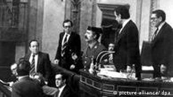 Απόπειρα πραξικοπήματος στην Ισπανία το 1981, όταν ο ένοπλος αξιωματικός Αντόνιο Τεχέρο Μολίνα εισβάλλει στο Κοινοβούλιο