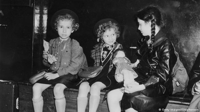 В рамках спасательной операции Киндертранспорт некоторых еврейских детей удалось переправить в 1939 году из Германии в Великобританию