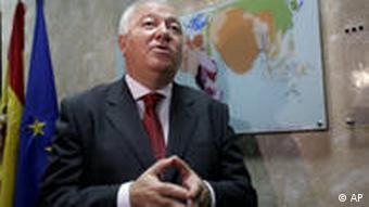 Außenminister Moratinos vor Landkarte und Fahnen (Foto:ap)