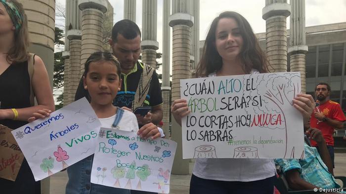 Las demandantes Aymara Cuevas y Laura Jiménez en la huelga mundial por el cambio climático en Medellín.
