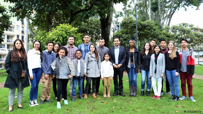 El grupo de jóvenes demandantes con César Rodríguez, su representante legal, de la organización Dejusticia.