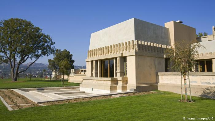Hollyhock House in Los Angeles , light colored angular building , a lawn and a few trees (Imago Images/UIG)