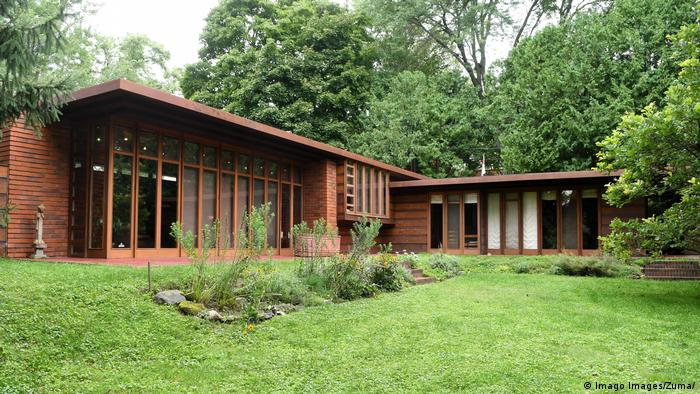 Jacobs I Houses in Wisconsin, one-story reddish house set back behind a lawn, trees in the back (Imago Images/Zuma/)
