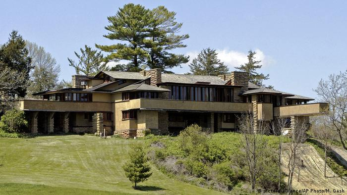 Taliesin, Frank Lloyd Wright a house on a rise surrounded by lawn and trees in the background (picture-alliance/AP Photo/M. Gash)