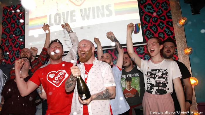 Nordirland Belfast Mitglieder der LGBT Community feiern Fortschritte bei gleichgeschlechtlicher Ehe